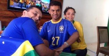 carlos-de-26-anos-e-ajudado-por-helio-e-regiane-a-voltar-a-experimentar-uma-copa-surdocego-ele-conseguiu-enxergar-a-estreia-do-brasil-na-copa-por-meio-do-tato-1403092680676_750x500